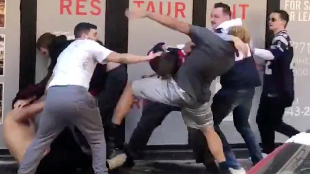Brutal y bochornosa pelea entre aficionados de los Patriots durante el desfile de la victoria