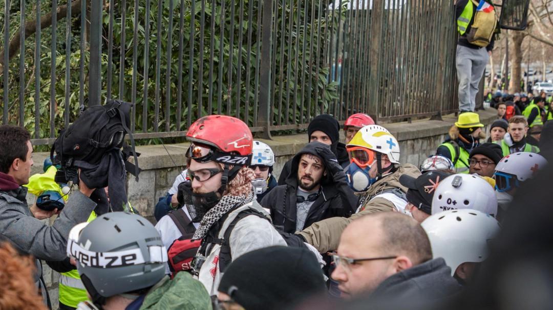 Un manifestante pierde una mano tras estallarle una granada en otro sábado de protesta de los 'chalecos amarillos'
