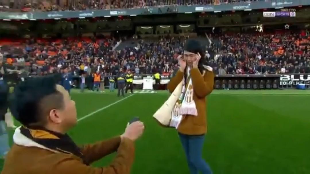 Emocionante pedida de mano en Mestalla durante el descanso del Valencia - Real Sociedad
