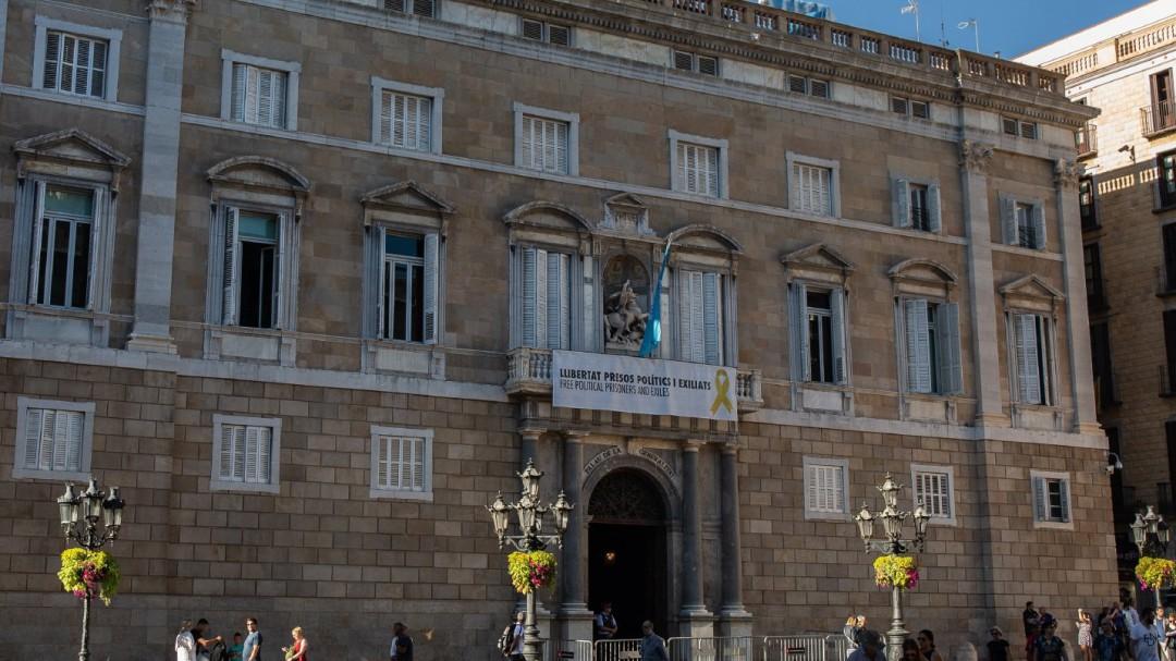 Intentan retirar la pancarta de los presos del Palau de la Generalitat