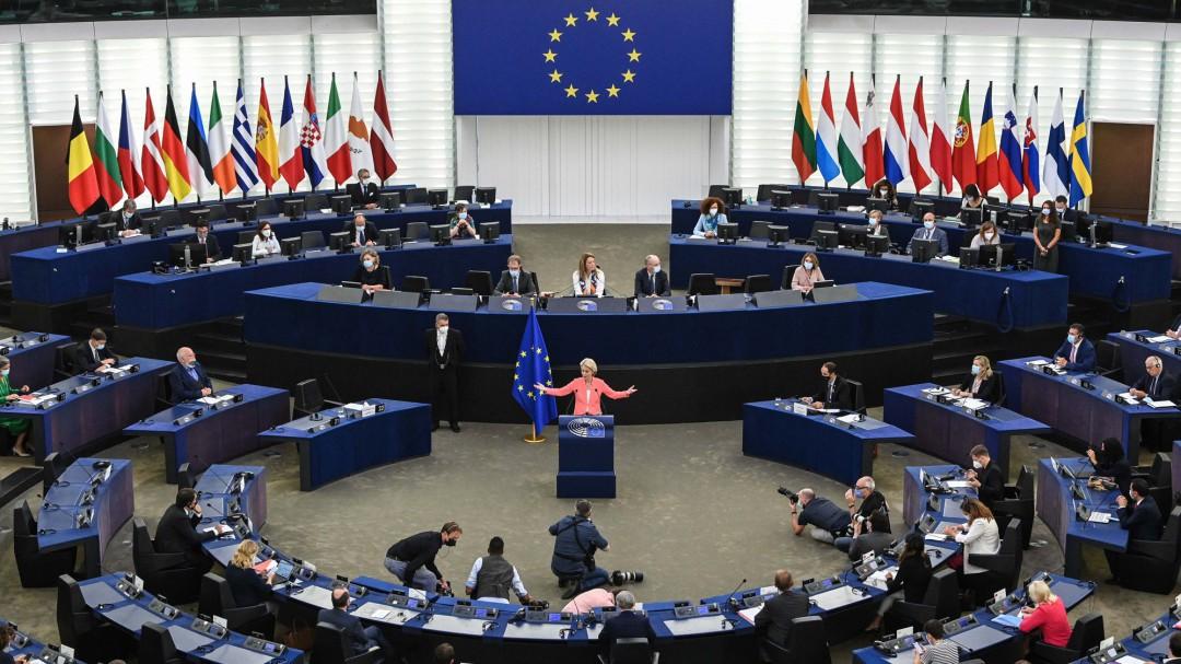 Von der Leyen saca pecho de la vacunación en la UE: Lo hemos hecho de la manera correcta, a la europea