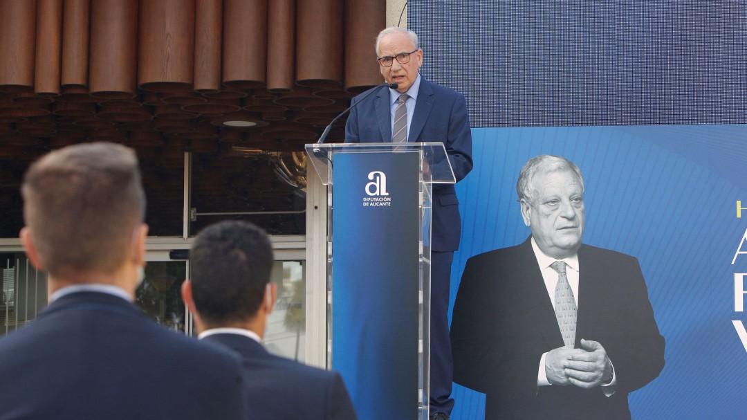 Alfonso Guerra: «Hay personas que abuchean a un presidente del Gobierno y aplauden a una cabra»