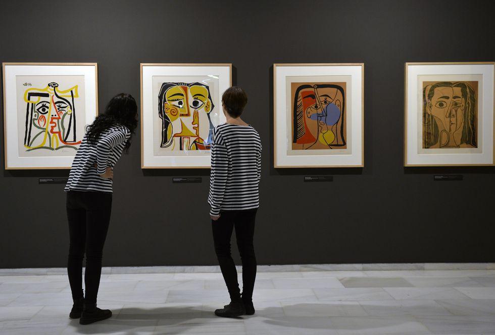 La Fundación Bancaja reúne grabados, óleos y fotografías del artista malagueño para explicar cómo desarrolló su estilo gracias a la influencia de los grandes maestros