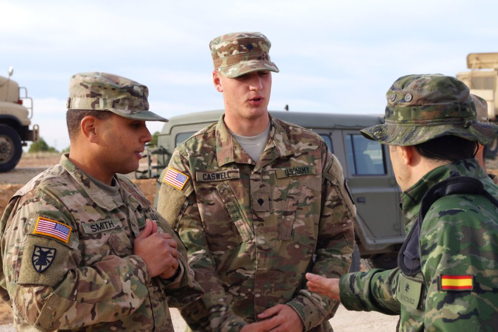 Dos militares estadounidenses hablan con uno español