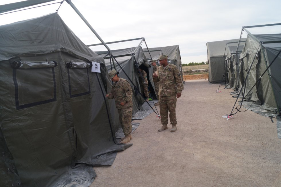 Dos militares del ejército de EEUU salen de sus habitaciones