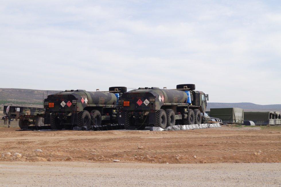 Algunos de los camiones cisterna del ejército español en esta instalación