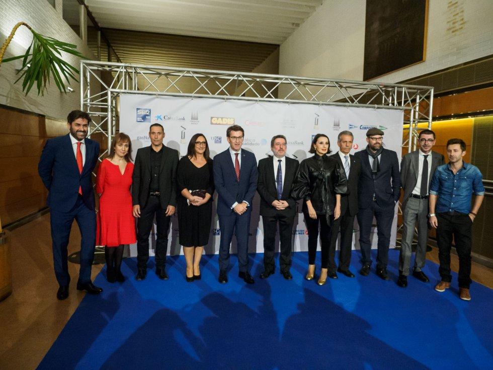 Los premiados con el Presidente de la Xunta, el Alcalde de Santiago, el Director General y el Director Regional de la SER