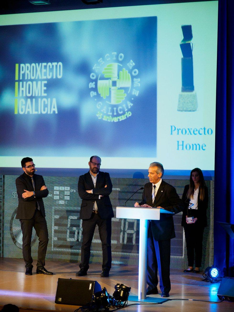 Ramón Gómez Crespo agradeciendo el premio para el Proxecto Home