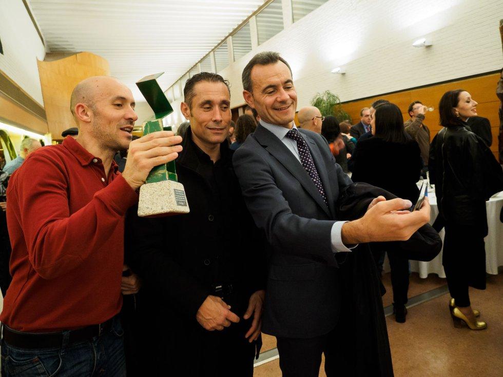 """Carlos David Prieto, entrenador del premiado Javier Gómez Noya, haciéndose un """"selfie"""" con amigos"""