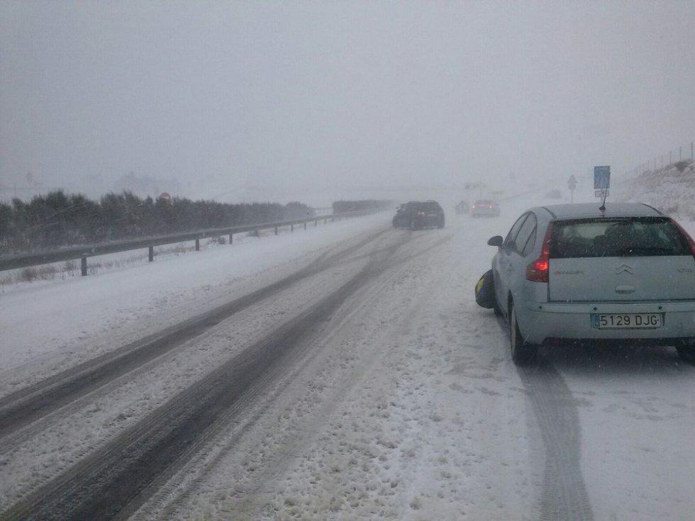 Nieve en la carretera, a la altura de La Puebla de Valverde