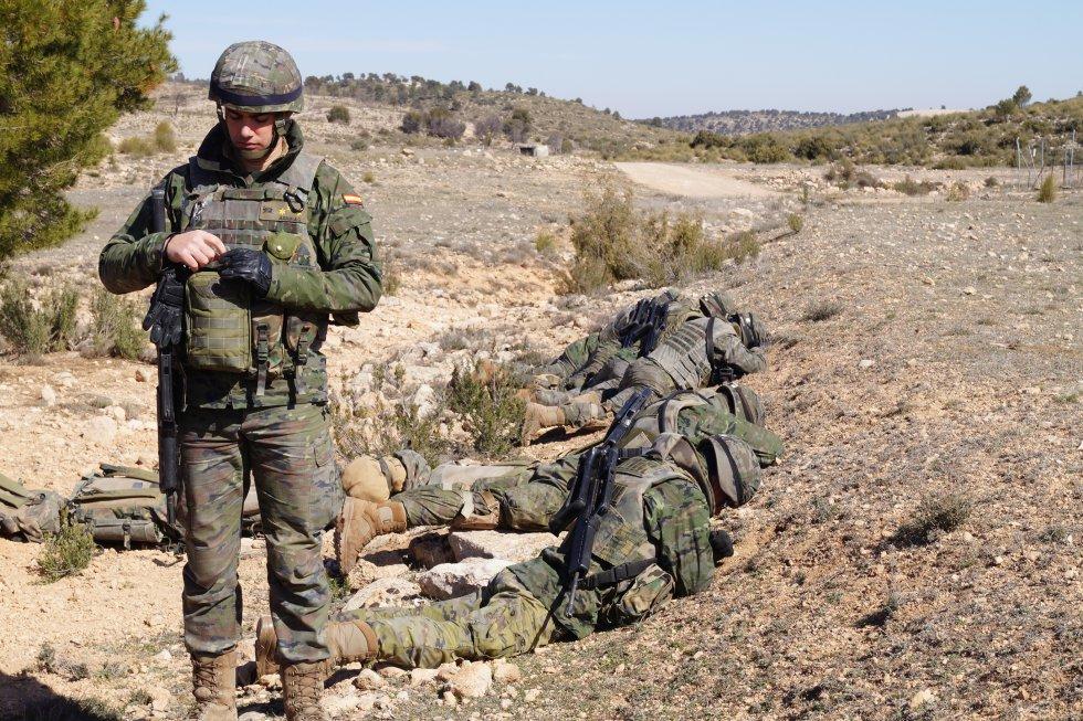 Un grupo de militares se ponen cuerpo a tierra antes de la explosión
