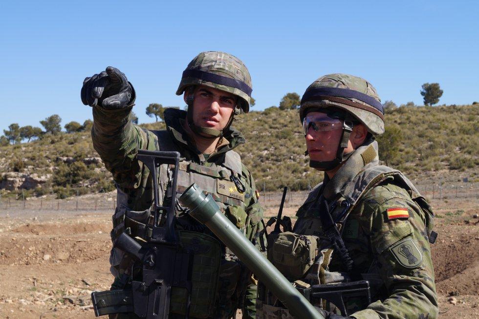 Dos militares se dan las últimas instrucciones antes de continuar con el ejercicio