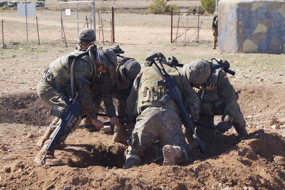 Los militares preparan el terreno para la colocación de una carga explosiva