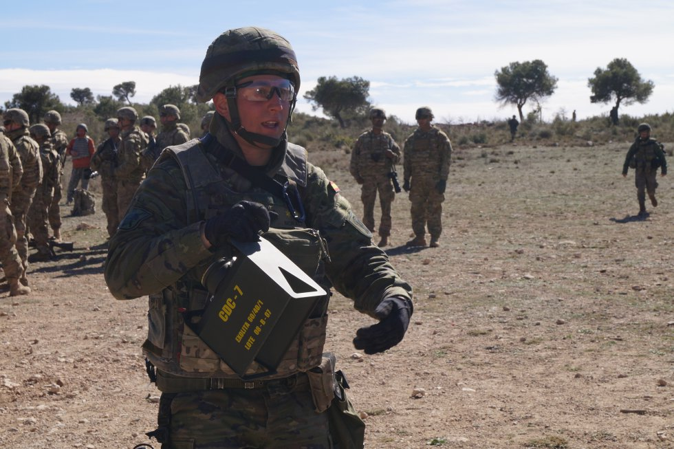 Uno de los militares explica la carga explosiva que se ha empleado