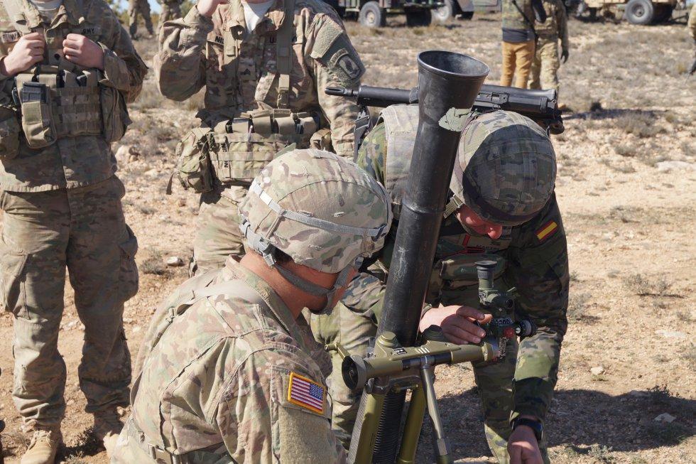 Se coloca el mortero antes de lanzar la granada