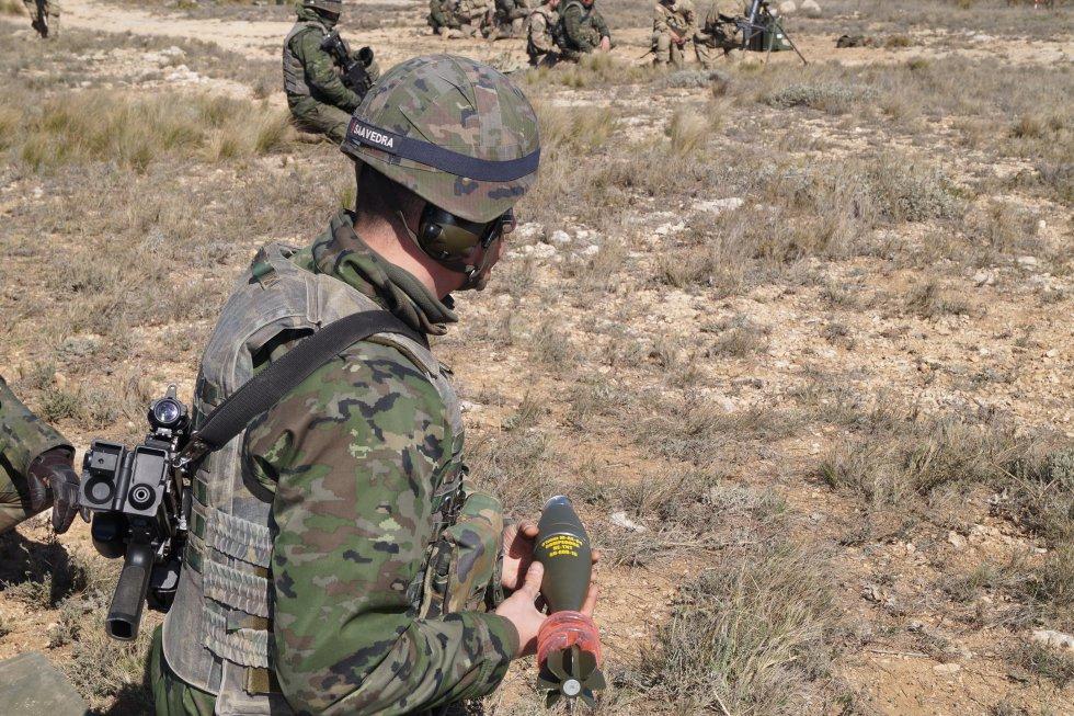 Una de las granadas a punto de ser lanzada