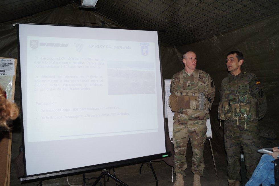Los tenientes coroneles del ejército español, Francisco Calvo (al frente de las maniobras), y del ejército americano, Michael Wagner, han explicado los ejercicios
