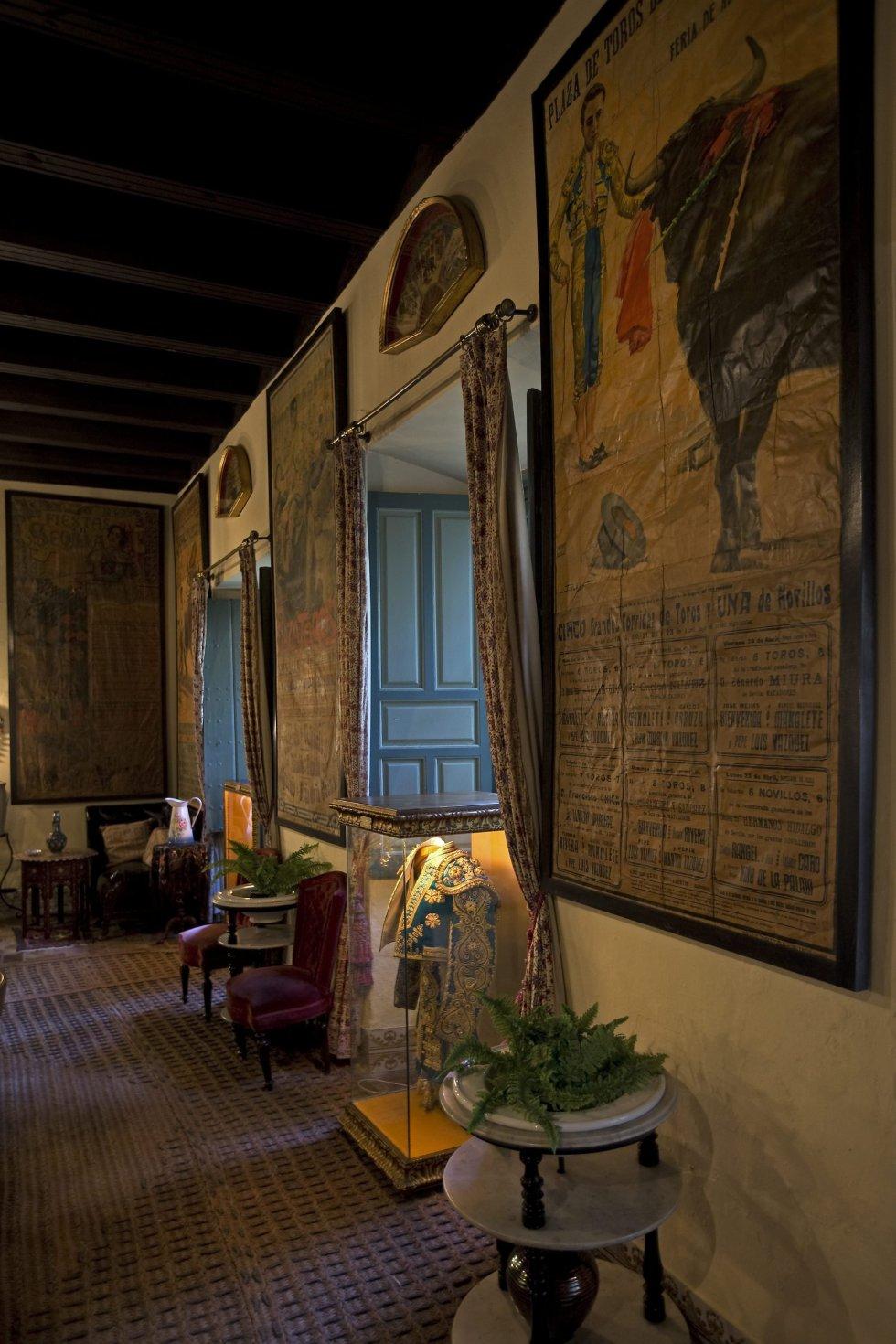 El salón relacionado con la Feria de Sevilla, que incluye una valiosa colección de carteles y un traje de luces de Curro Romero, forma parte de las estancias de la Casa Palacio de las Dueñas
