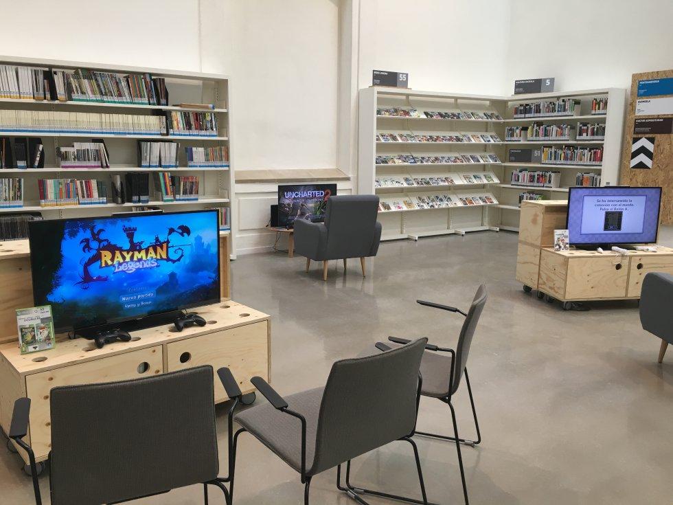 En este rincón hay videojuegos actuales y antiguos con los que se puede jugar en la biblioteca y también en casa.