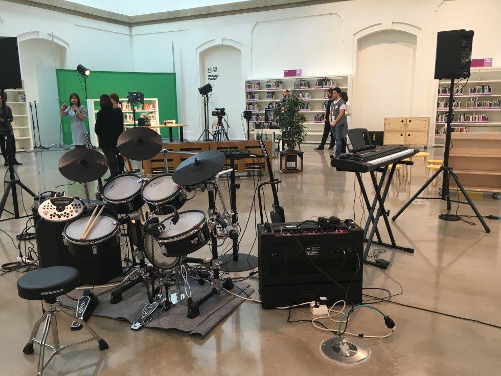 Muchos instrumentos de música estarán a disposición de los socios para que hagan pruebas de música y sonido. También se ha construido un pequeño plató para grabar vídeos.