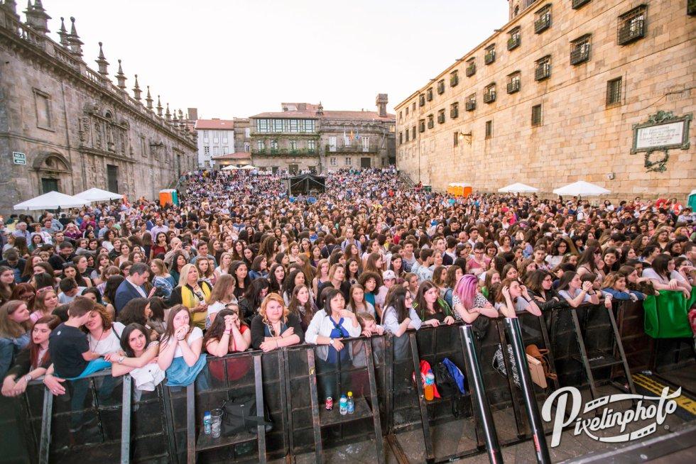 La Praza da Quintana llena a tope desde antes de empezar el concierto