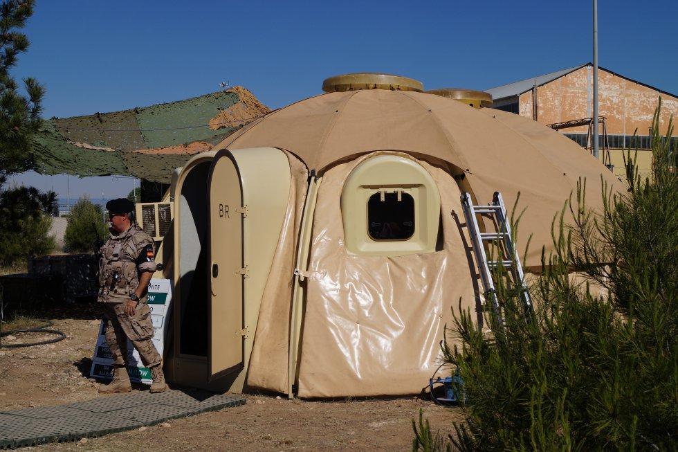 Una de las tiendas de campaña habilitadas en la base aérea