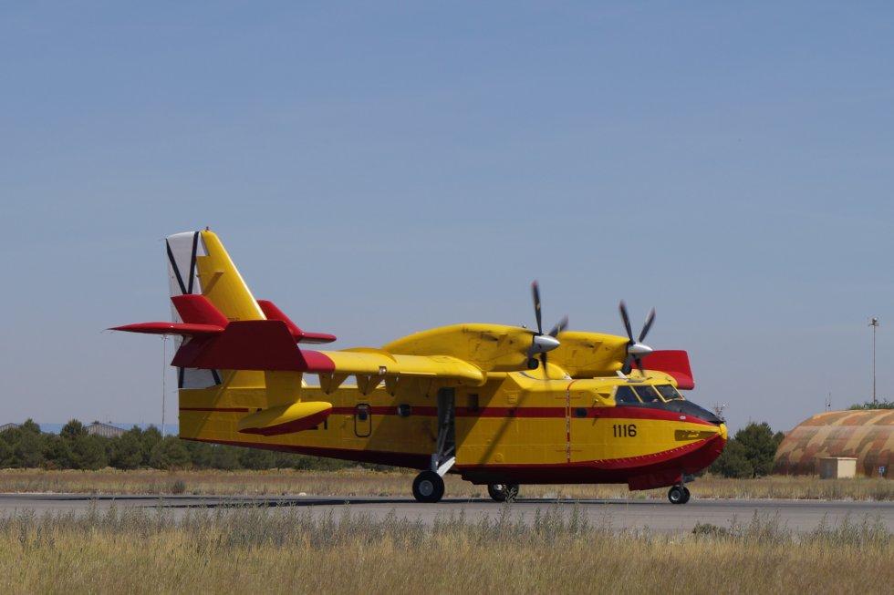 Otra imagen del avión de extinción en la pista
