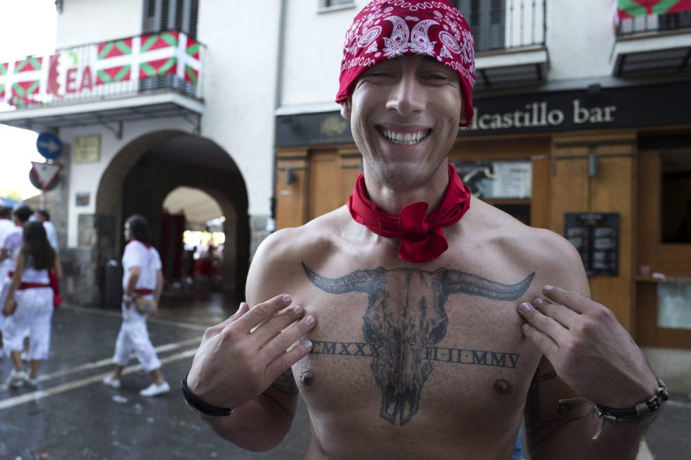 El joven estadounidense Alberto Virgen muestra su tatuaje en el pecho.