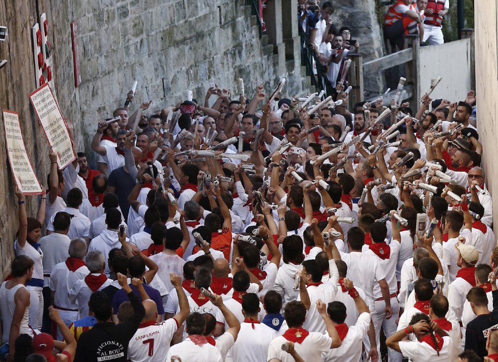 Los mozos que corren en el tramo de Santo Domingo cantan al Santo pidiendo su protección.
