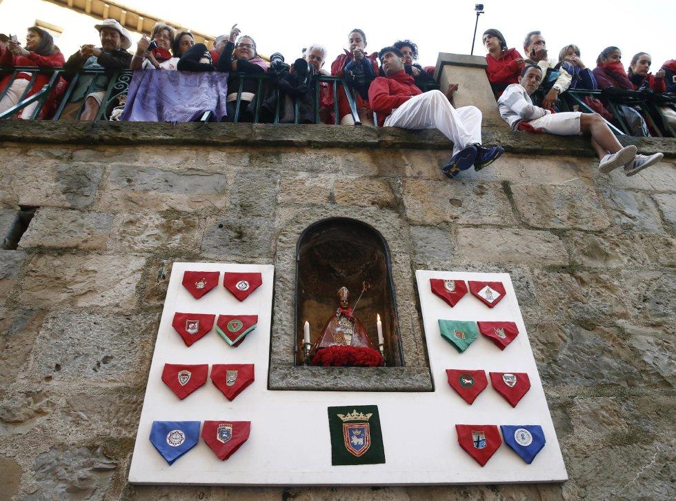 La imagen de San Fermín en la hornacina de la Cuesta de Santo Domingo donde los mozos le cantan todos los días antes de comenzar los encierros.