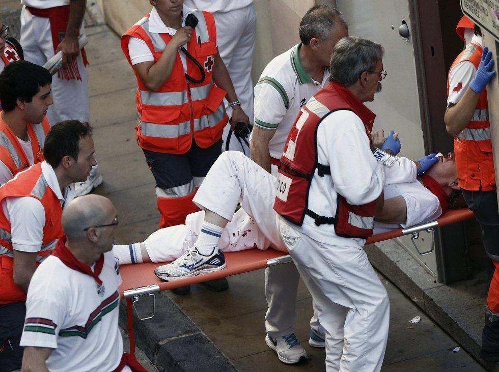 Efectivos de la Cruz Roja trasladan desde la Cuesta de Santo Domingo a un corredor con traumatismo cranoencefálico.