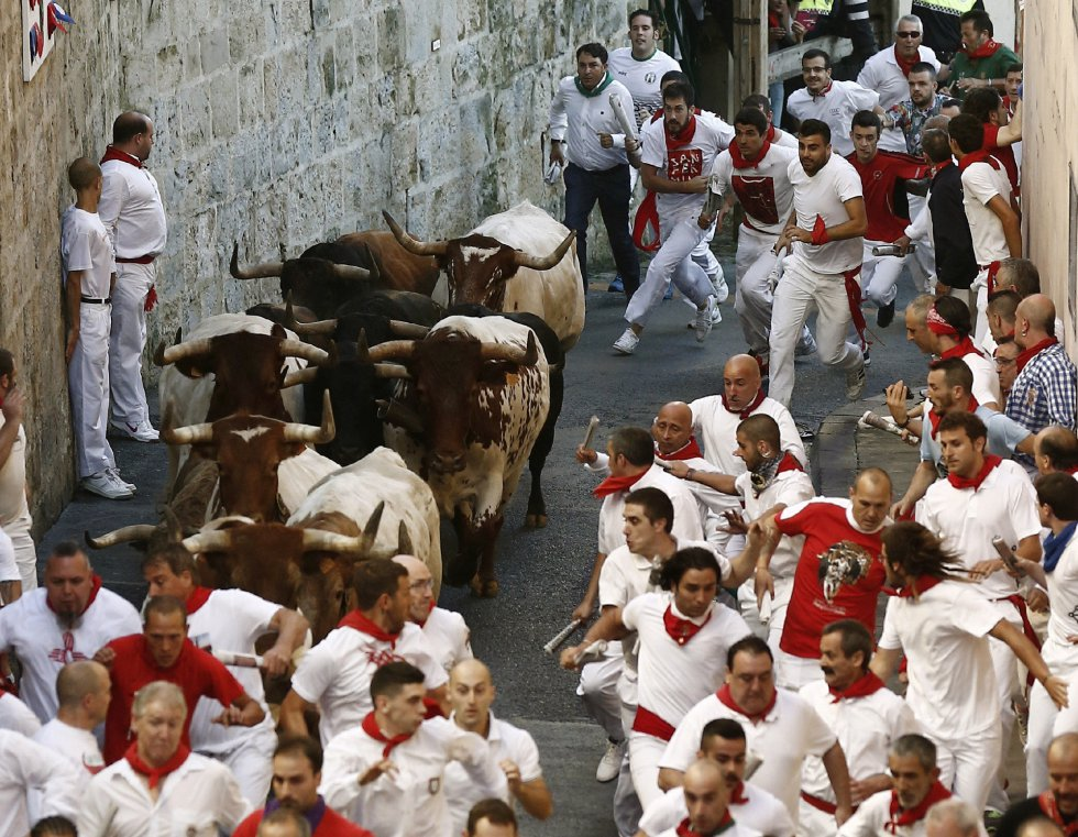 Tramo de la Cuesta de Santo Domingo, donde la manada agrupada la ha recorrido a gran velocidad, lo que ha provocado la caída de algunos corredores.