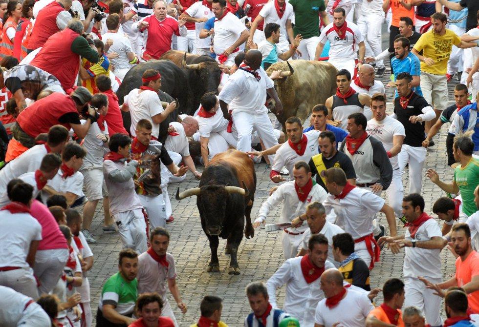 Carreras ante los astados antes de entrar en la plaza de toros.