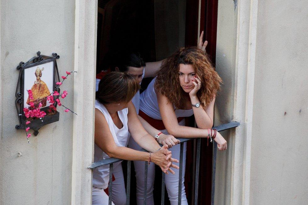 Otros han preferido alejarse del peligro y ver el encierro desde uno de los balcones del recorrido.