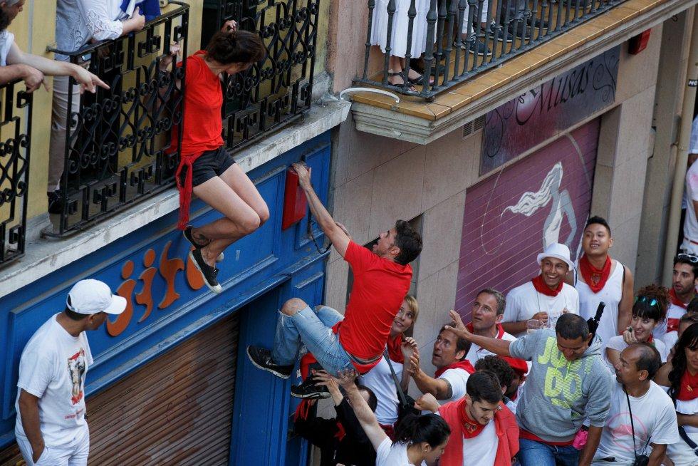 Uno de los corredores trepa a un balcón.