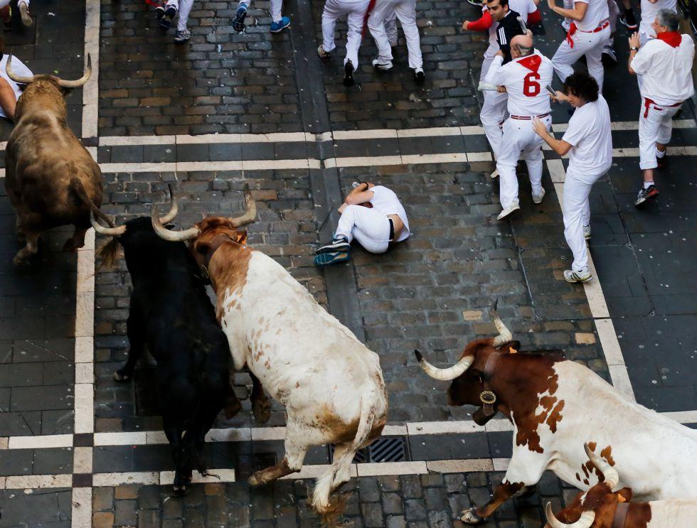 Un mozo caído ante los toros.