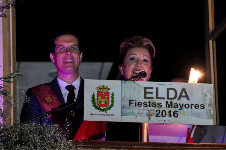 Elisa Beltrán durante su pregón junto al alcalde de Elda, Rubén Alfaro