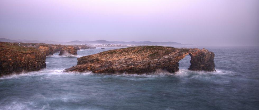 La marea alta cubre los monumentos de piedra erosionados por el agua