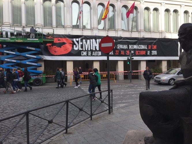Operarios instalan uno de los carteles que anuncian la Seminci