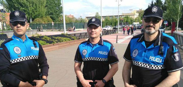 Patrulla de Policía salva a un joven de las garras de unos hombrecillos verdes