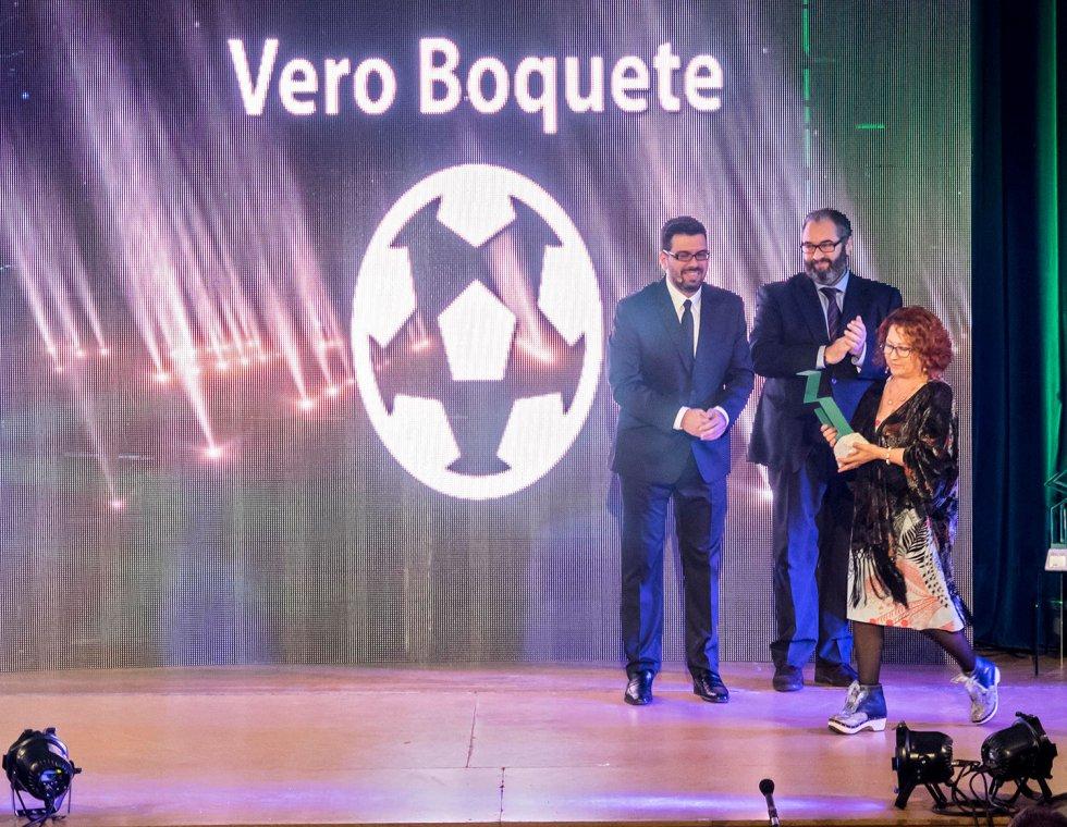 Entrega de la estatuilla SERenidade a la madre de Vero Boquete, Mercedes Giadans