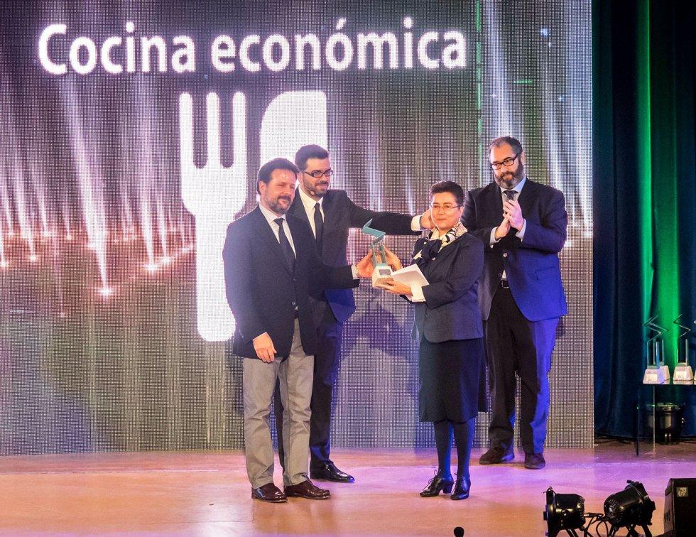 La directora de la Cocina Económica, Sor Esther Seoane, y el gerente Javier Brage, recogen el premio