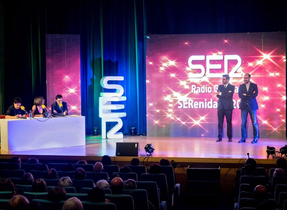 A la izquierda, los locutores de Radio Galicia, Ricardo Rodríguez y Ainhoa Apestegui, con Juan Carlos Ortega, que tuvieron su protagonismo en la gala