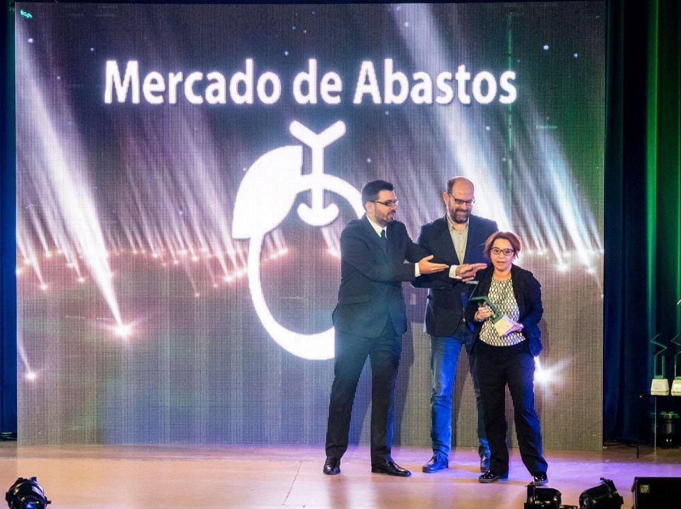 La gerente del Mercado de Abastos, Marta Rey, recoge su estatuilla