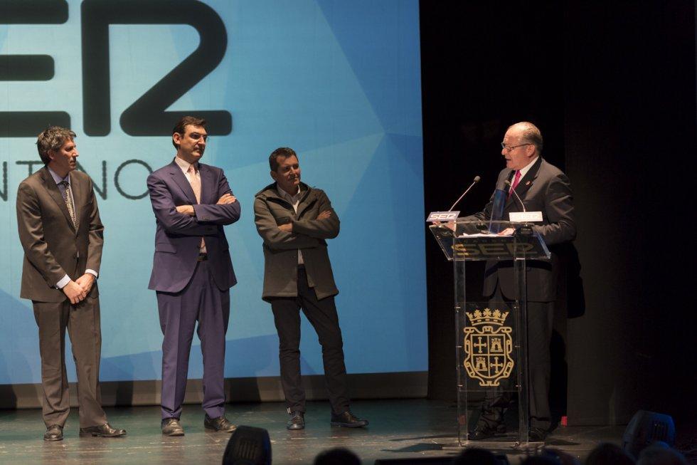 El primer premio de la noche fue para el proyecto San Pedro Cultural. Lo recogieron el alcalde de Becerril, Mario Granda (en el atril) y los arquitectos Carlos y Juan del Olmo y Álvaro Gutiérrez
