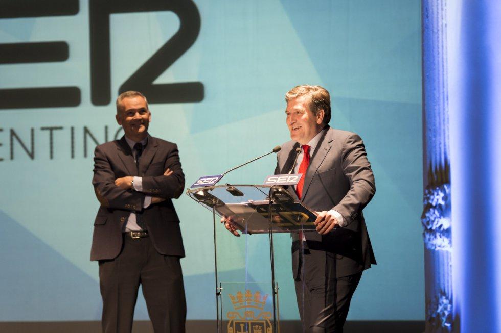 Los responsables de la empresa Cascajares, Alfonso Jiménez (d) y Francisco Iglesias (i) recogieron el último premio Ser Palentino de la noche.