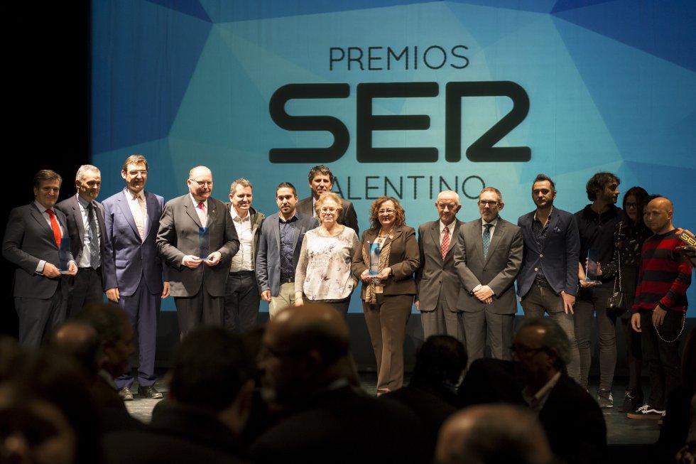 Sobre el escenario todos los premiados con el galardón Ser Palentino 2016 acompañados del Director de Radio Palencia Manu Dávila