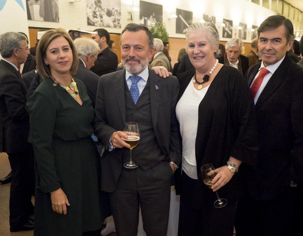 El portavoz del grupo del PP en el Ayuntamiento de Santiago, Agustín Hernández, con María Antón y Pepa Castro, concejalas.