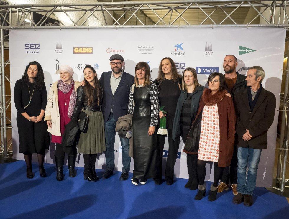 El alcalde, Martiño Noriega, rodeado entre otros por María Rozas y Silvia Modia