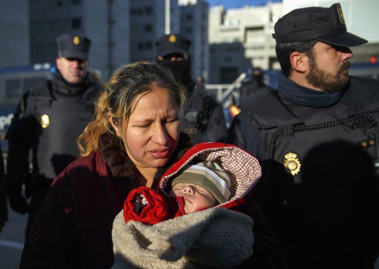 Cecilia Paredes, con su hijo, tras abandonar su casa